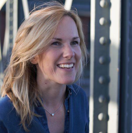 Coach Anne Klien auf Brücke am Hafen